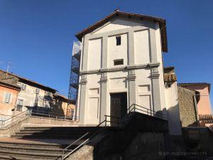 Veduta della facciata dalla scalinata