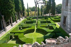 Veduta di parte del giardino con le cariatidi e le siepi di bosso