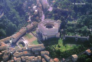 Veduta aerea di Palazzo Farnese, del piazzale antistante e dei giardini all'italiana